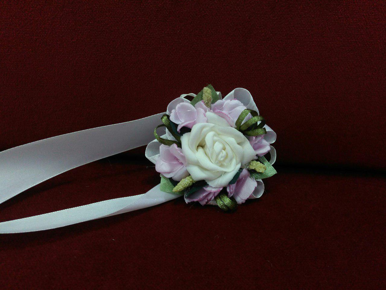 Бутоньерка на руку айвори с розовым (цветочный браслет)