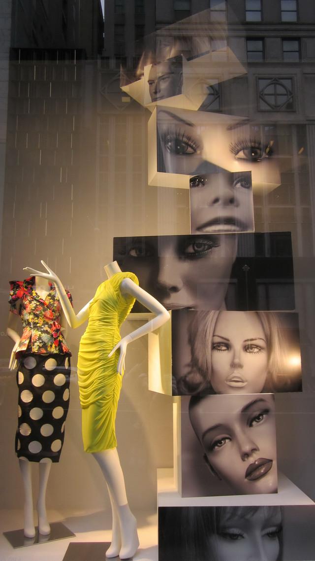 Раздел Юбки - фото teens.ua - Нью-Йорк - магазин Prada - витрина
