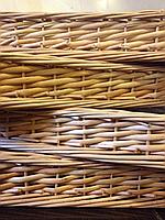 Плетеные лотки из лозы для продуктов в магазине