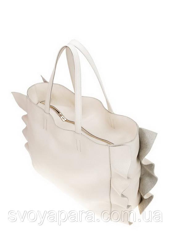 Женская сумка из натуральной кожи бежевого цвета декорирована боковыми рюшами