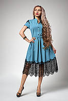 Красивое женское платье декорировано черным кружевом, голубое, фото 1