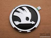 Оригинал Эмблема передняя/задн. (больш.) на Skoda Fabia NEW (2008 - 2015) 5J