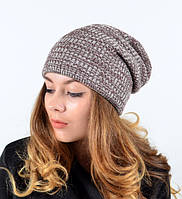 Модная двухцветная вязаная шапка