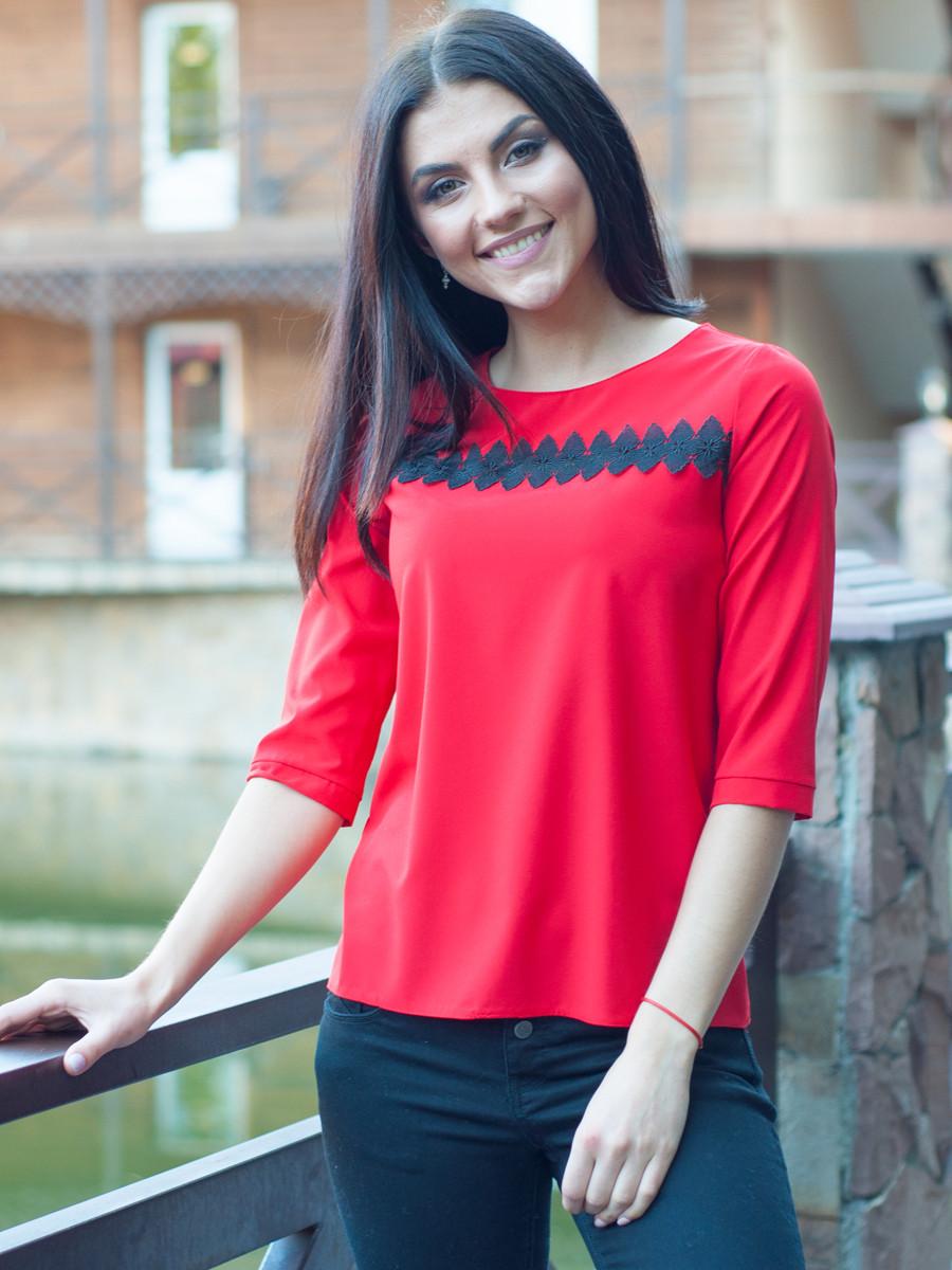 Офісна червона блуза з ажуром.