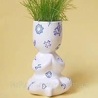 Экочеловечек Йог декорирован символами, сувенир