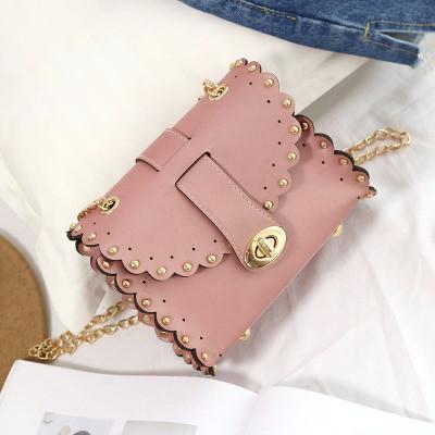 Маленькая женская сумка с заклепками на цепочке розовая (пудра)