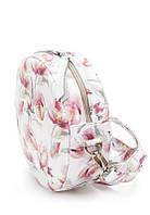 Женская сумка круглая из кожи белого цвета с цветами с одним основным отделением