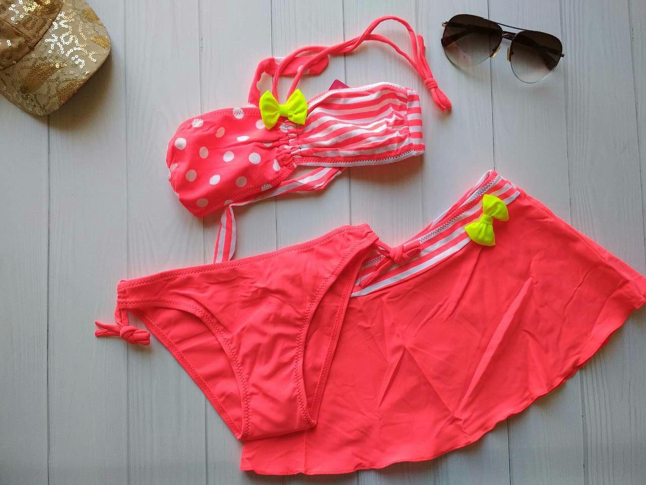 2b8feae28b20b Коралловый купальник для девочки с юбкой в горох и полоску и желтым бантом