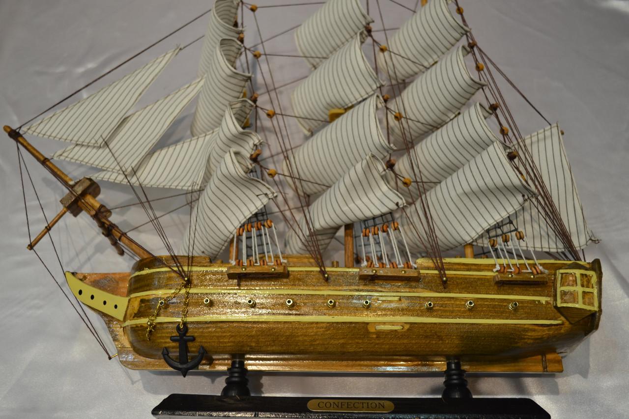 Корабль с желтыми полосками