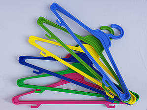 Довжина 45 см. Вішаки пластмасові Гем різні кольори, 5 штук в упаковці одного кольору