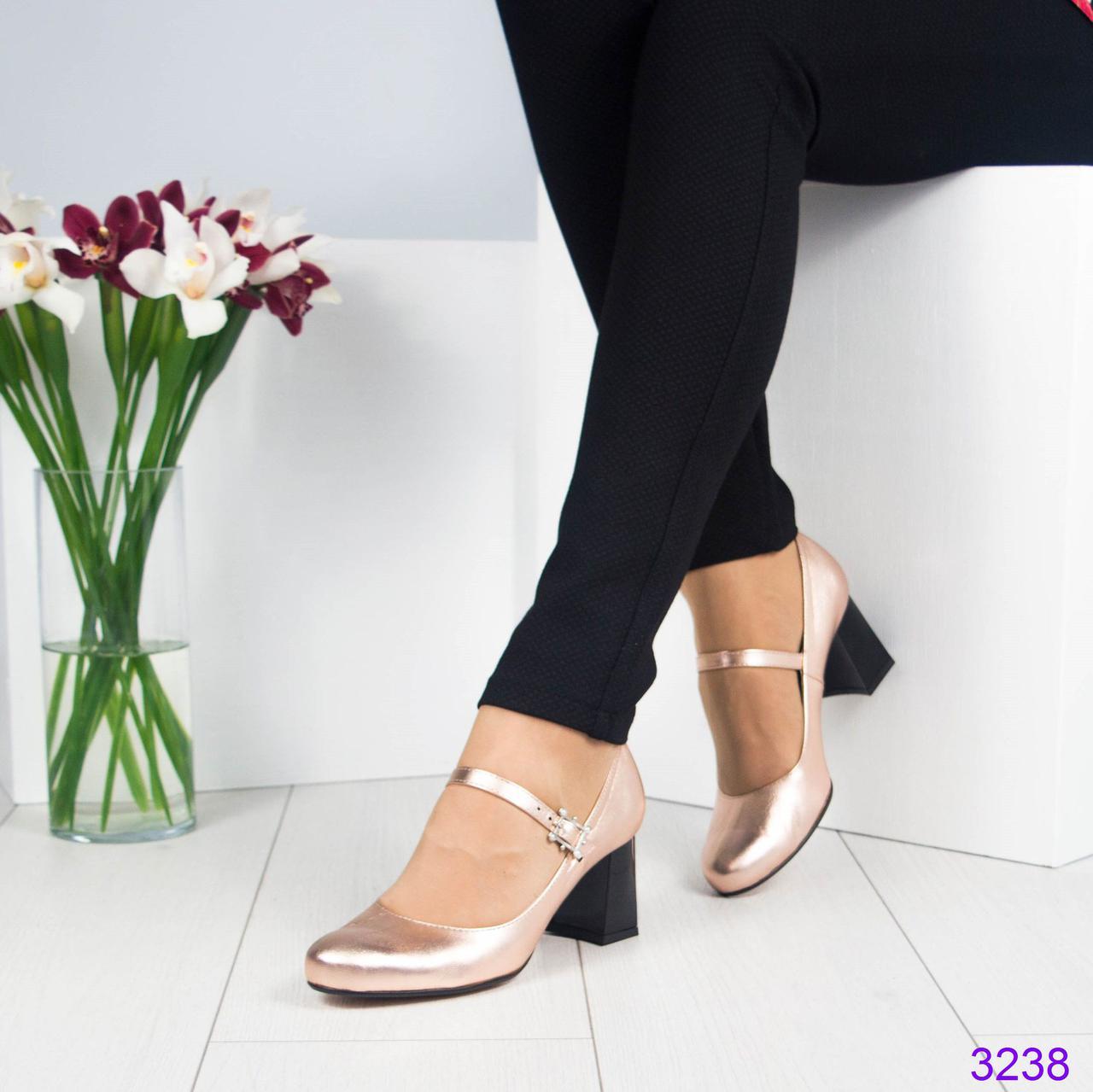 Шикарные туфли с ремешком. Пряжка украшена жемчугом. Цвет - золотистый.