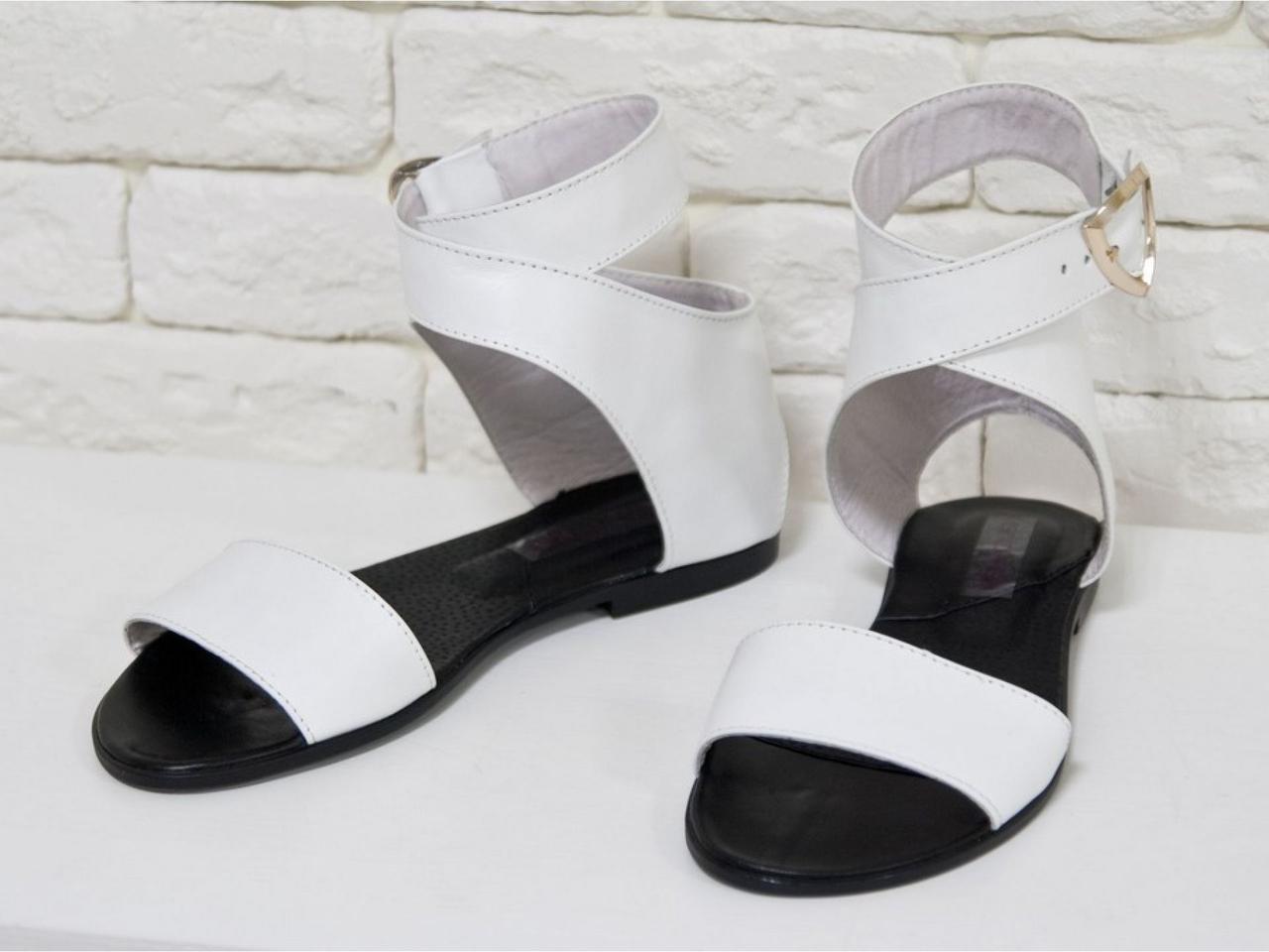 Білі босоніжки легкі шкіряні на чорній підошві . Розмір 36-41