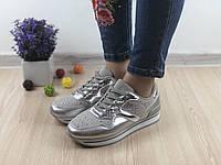 Женские стильные серебристые кроссовки в камнях