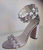 Шикарные босоножки c бусинками с ремешком на толстом каблуке