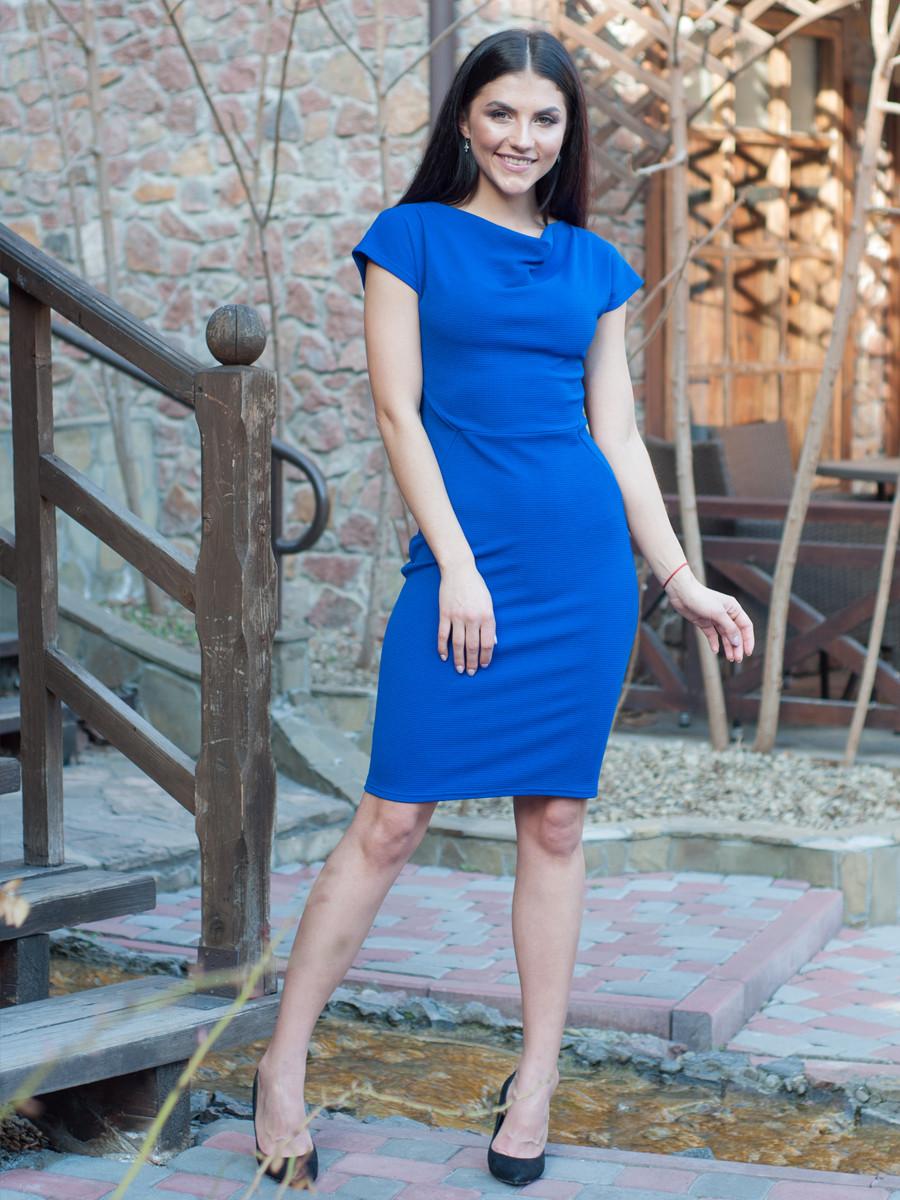 Деловое женское платье цвета электрик по колено