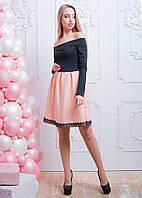 Декорированное кружевом приталенное платье