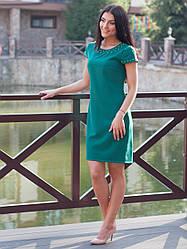 Нарядное женское платье с бусами