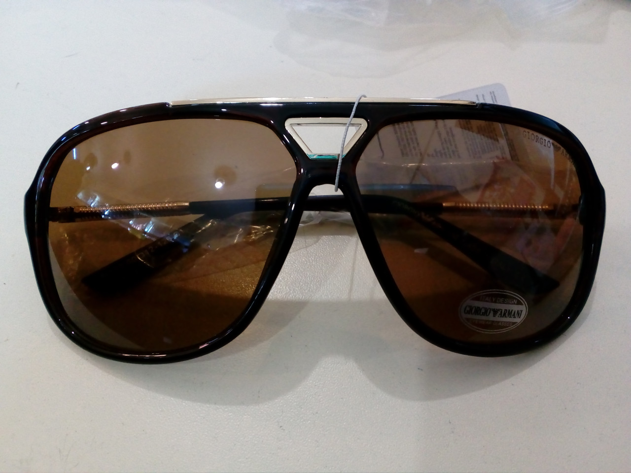 Солнцезащитные очки Giorgio Armani.