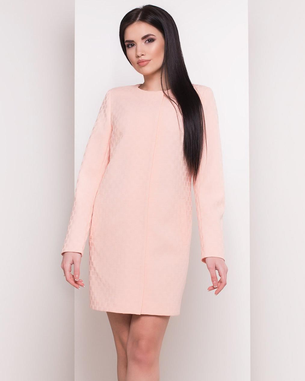 Женский плащ пудрового цвета с тиснением. Модель 34073.