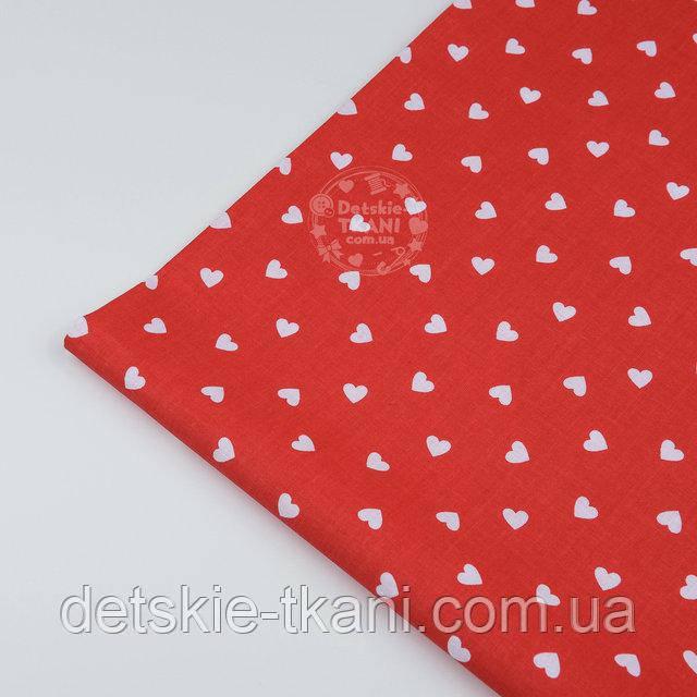 Лоскут ткани №1241а с редкими маленькими белыми сердцами на красном фоне, размер 38*39 см