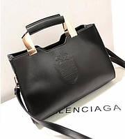 Большая женская сумка с гербом в стиле Bvlgari и металлическими ручками черная, фото 1