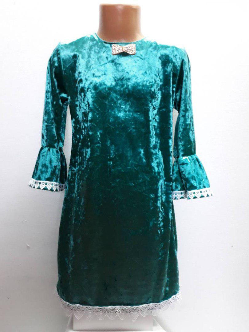 Платье с кружевом и брошью