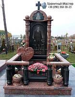 Памятник мужчине из черного и красного гранита с колоннами и портретом в полный рост