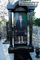 Надгробный памятник из гранита для женщины с цветным портретом в полный рост и колоннами