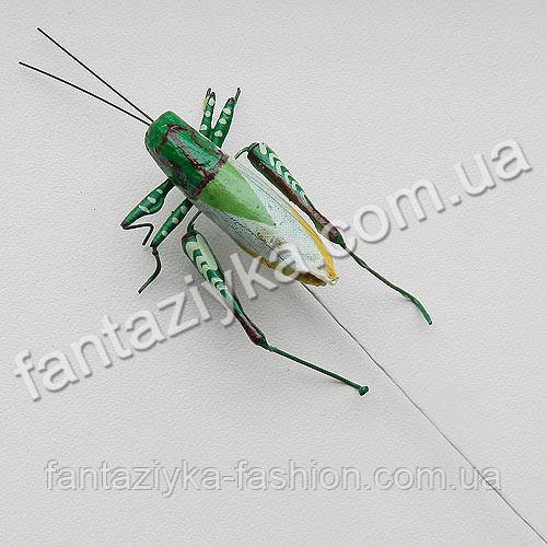 Декоративный искусственный кузнечик зеленый