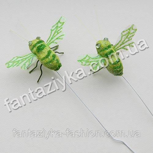 Искусственная пчелка для декора салатовая