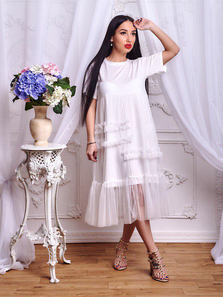 4755472d40f716b Красивое белое платье свободного кроя украшено шифоном - Интернет-магазин
