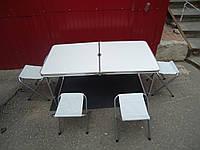Складной стол туристический и четыре стульчика с тканевыми сидениями.