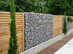 Заборы деревянные из сосны 2000х1700 мм с применением габионов.