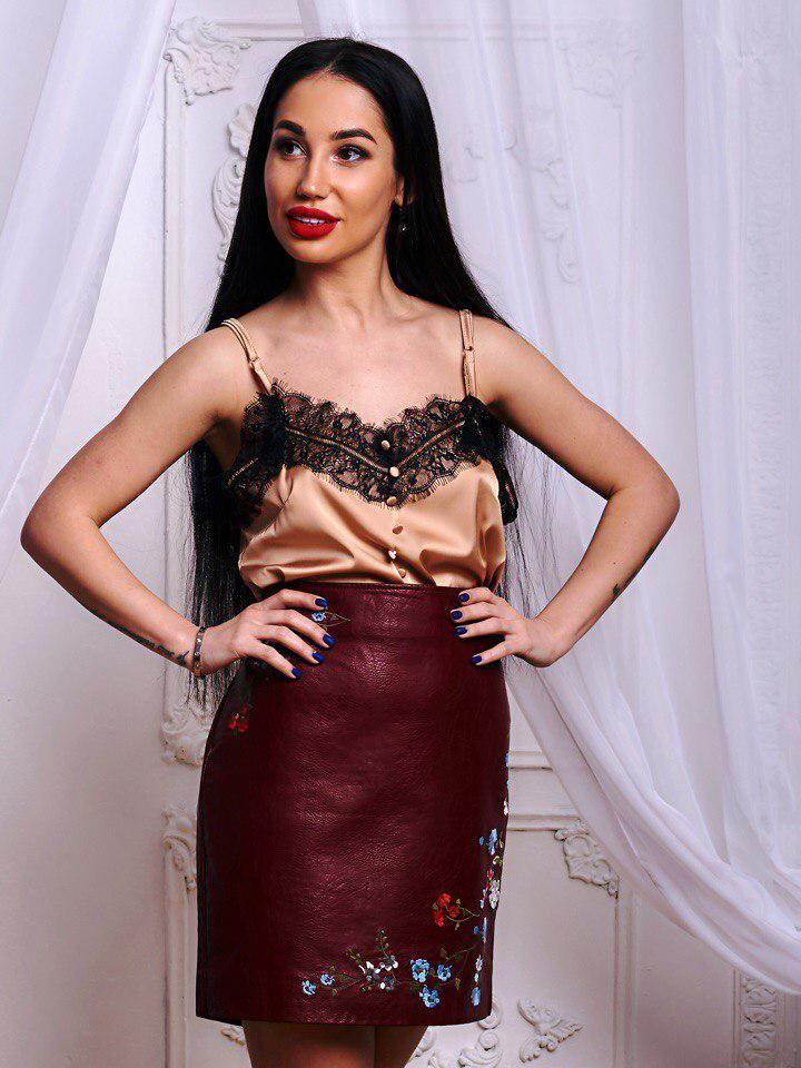 Красивая юбка из экокожи  декорирована вышивкой