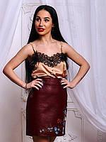 Красивая юбка из экокожи  декорирована вышивкой , фото 1