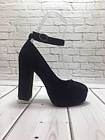 Стильные женские туфли на высоком каблуке из черной замши и пояском вокруг ноги.