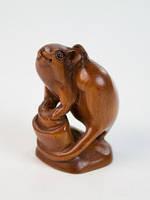 Нэцкэ деревянная Крыса со слитком