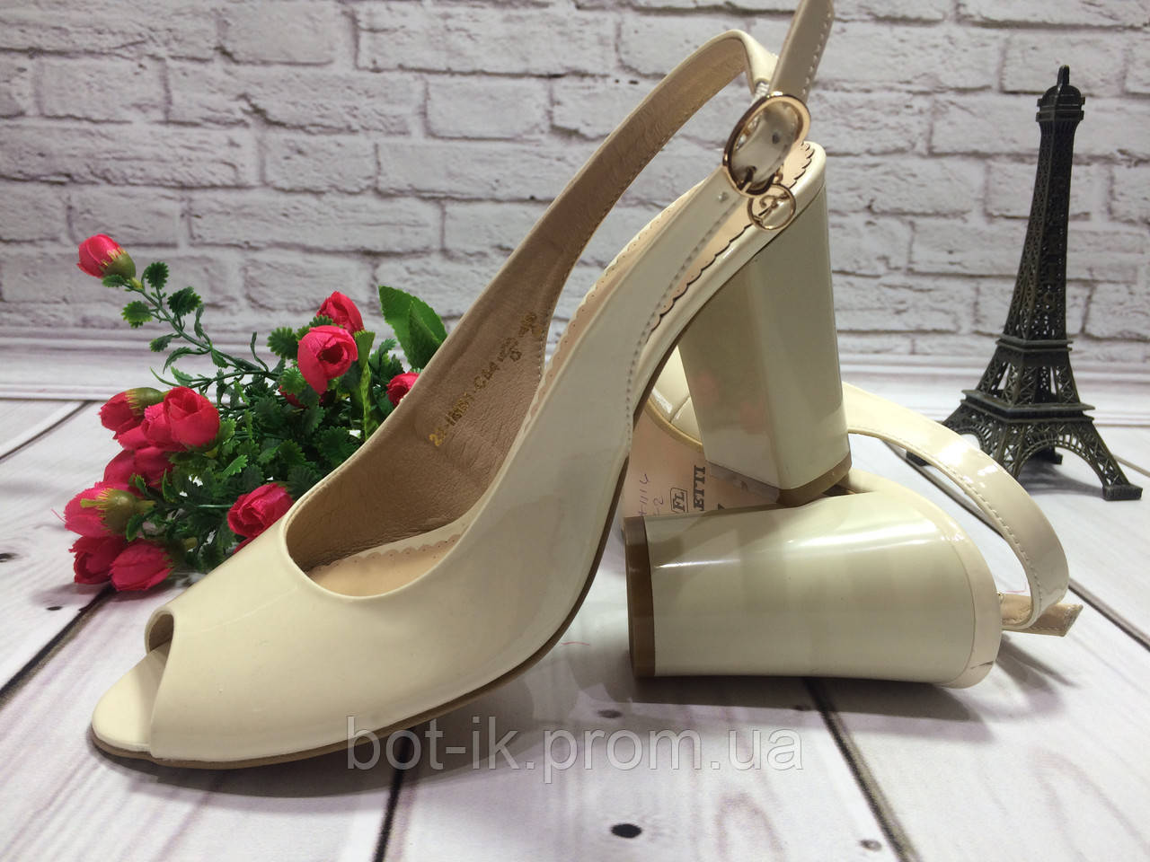 e89a0c3edc3b Классические женские босоножки на устойчивом каблуке цвет бежевый лак.