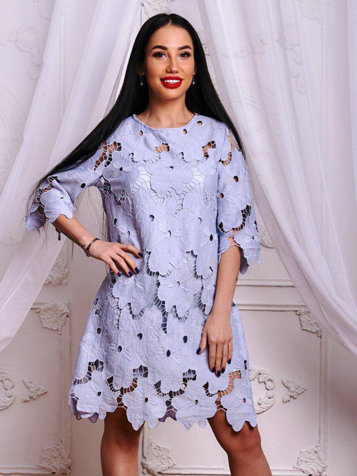 Красивое голубое платье из ажурного гипюра