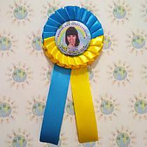 Значок с розеткой и хвостиками желто-голубыми. Выпускник