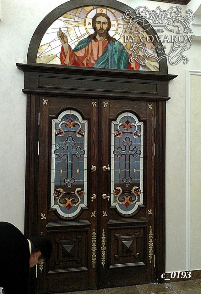 витражи в двери храма