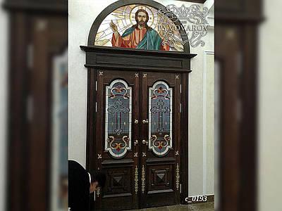 Церковные витражи в распашные двери храма