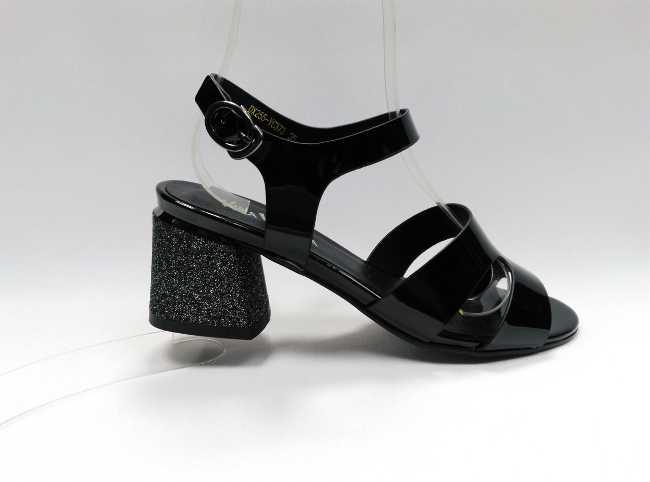 Босоножки на устойчивом каблуке. Маленькие размеры.