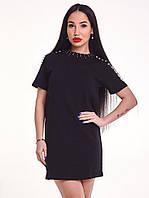 Стильное трикотажное короткое платье с жемчугом черное