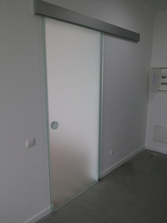 Раздвижная межкомнатная дверь из стекла