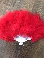 Веер из перьев лебедя. Цвет красный.