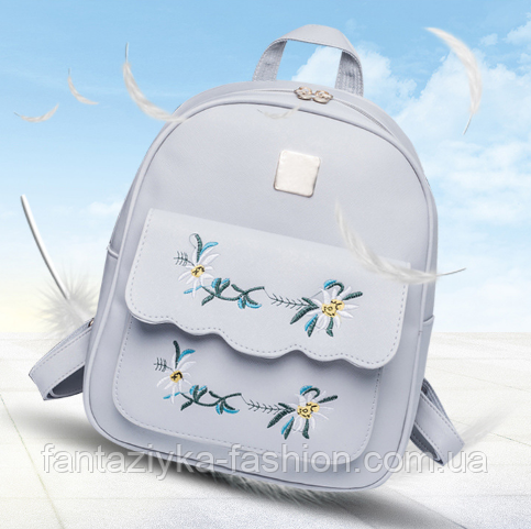 Женский рюкзак серый с нашивкой цветы