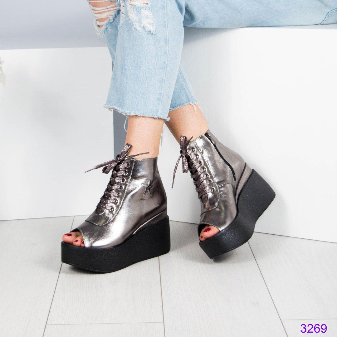 Ботинки женские на платформе цвета никель