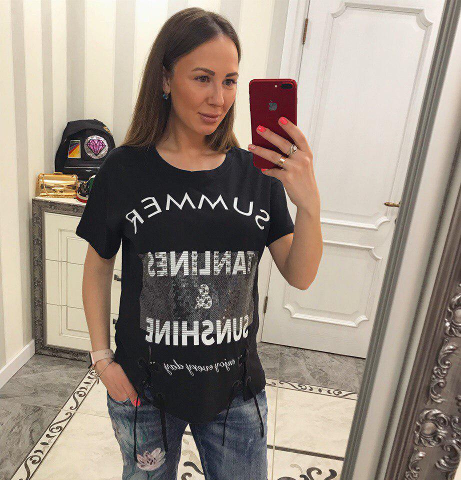 Женская футболка со стильным декором