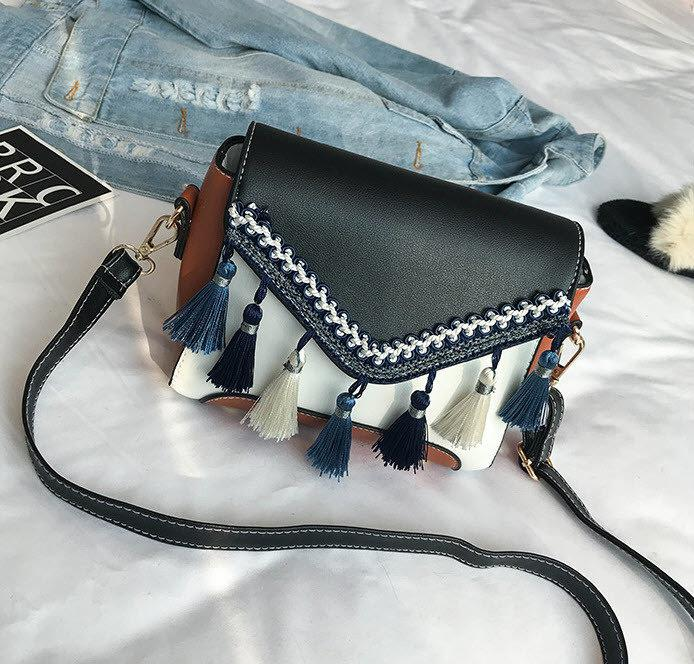 Мила жіноча сумка скриня з балабонами